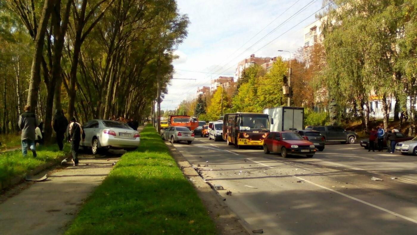 На проспекті Злуки внаслідок ДТП автомобіль викинуло на тротуар (Фото), фото-1