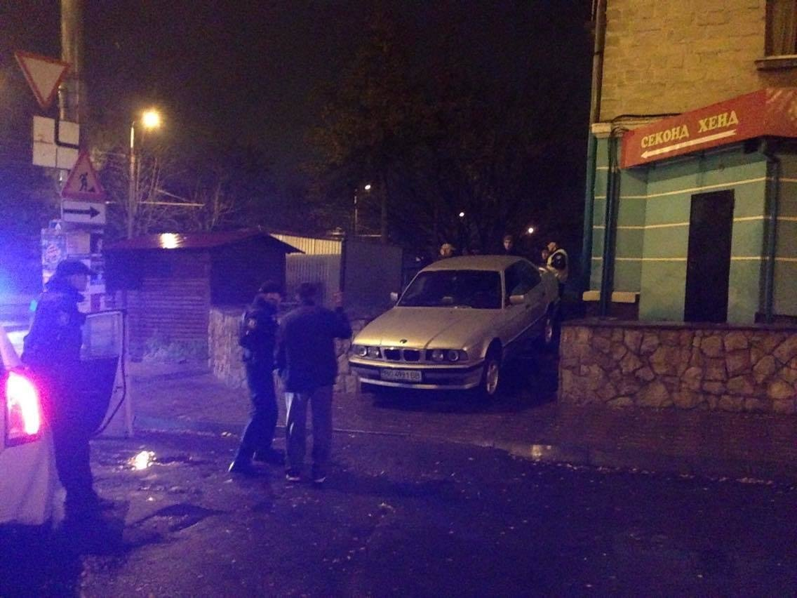"""У Тернополі п'яний водій намагався з'їхати на """"БМВ"""" по сходах (фото), фото-2"""
