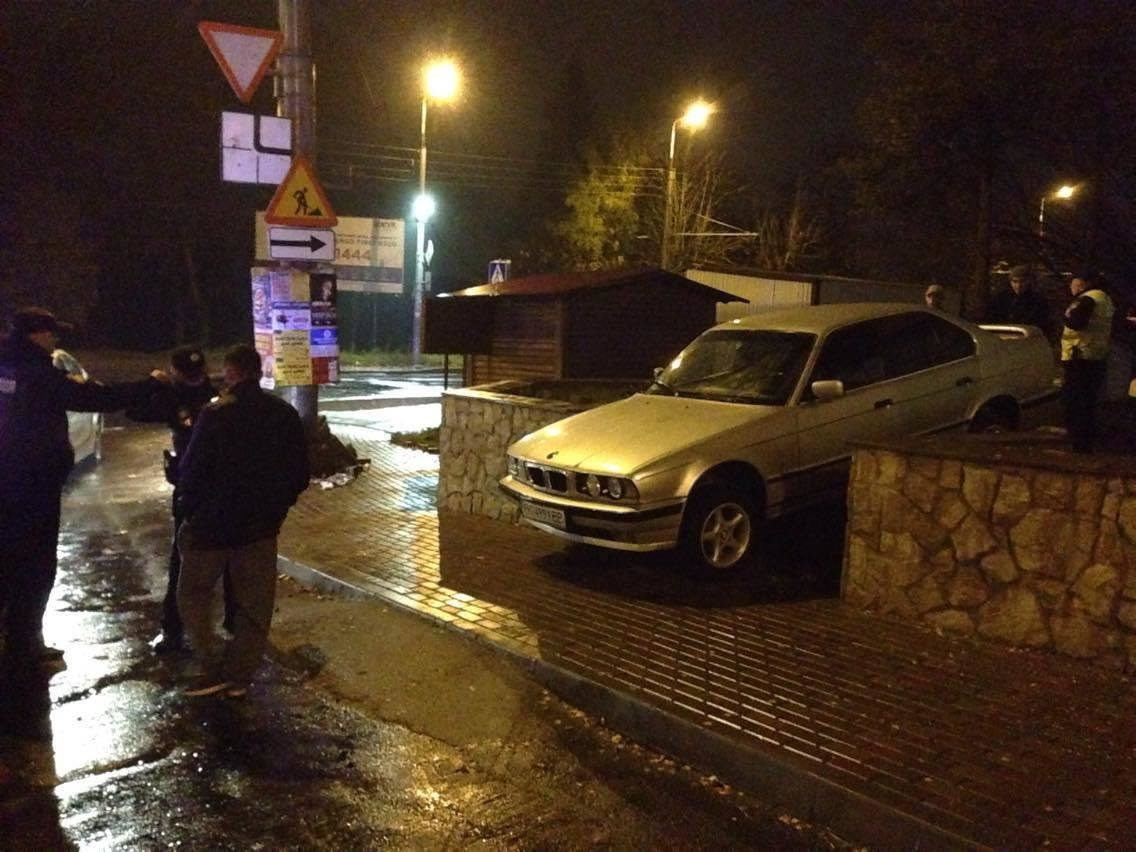 """У Тернополі п'яний водій намагався з'їхати на """"БМВ"""" по сходах (фото), фото-3"""