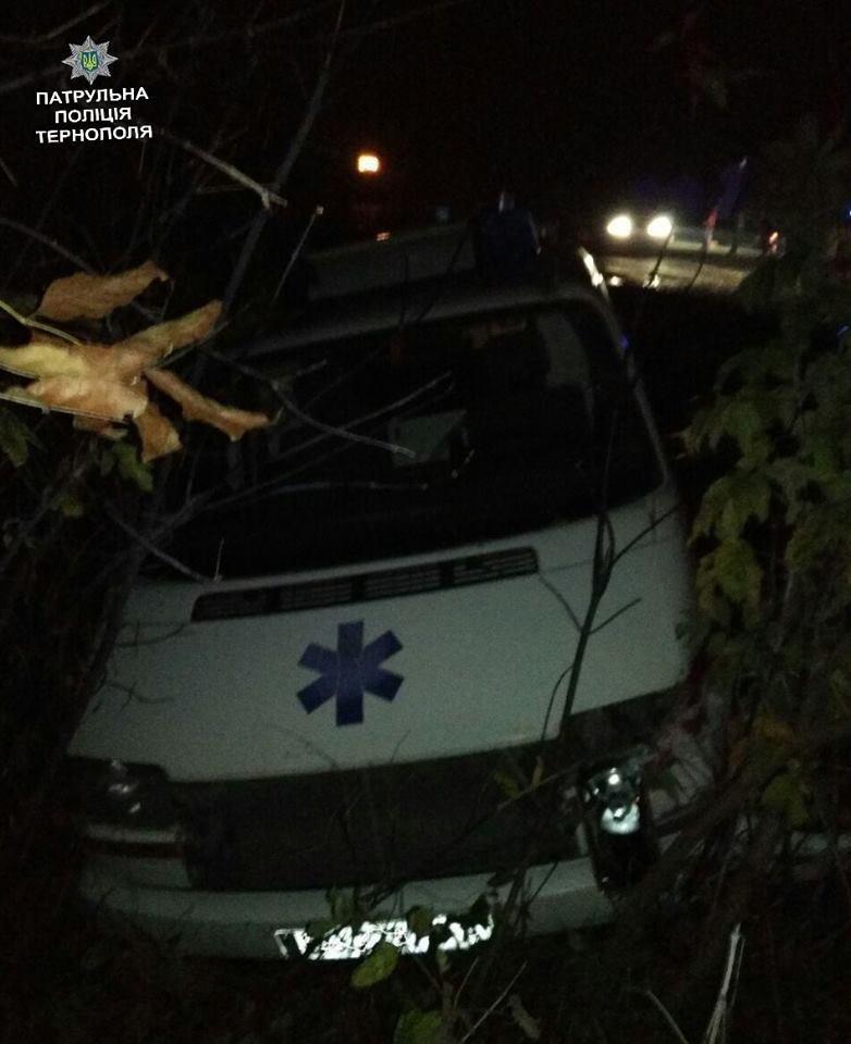 """Біля Тернополя таксист """"врізався"""" в автомобіль швидкої медичної допомоги (ФОТО), фото-1"""
