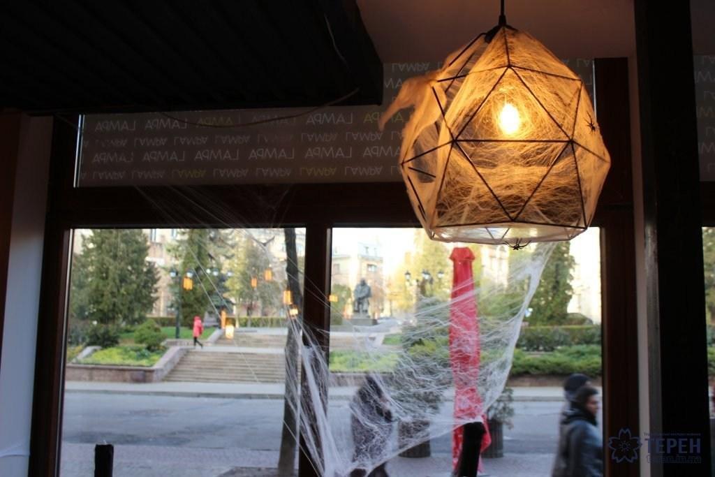 """Тернополян у ніч Хелловіну у барах обслуговували """"закривавлені"""" бармени та офіціантки-монстри (Фоторепортаж), фото-3"""