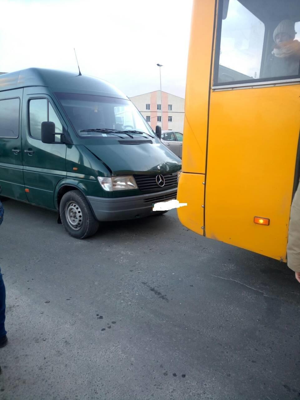У Тернополі водій маршрутки, включивши не ту передачу, зіткнувся з автомобілем позаду (Фото), фото-1