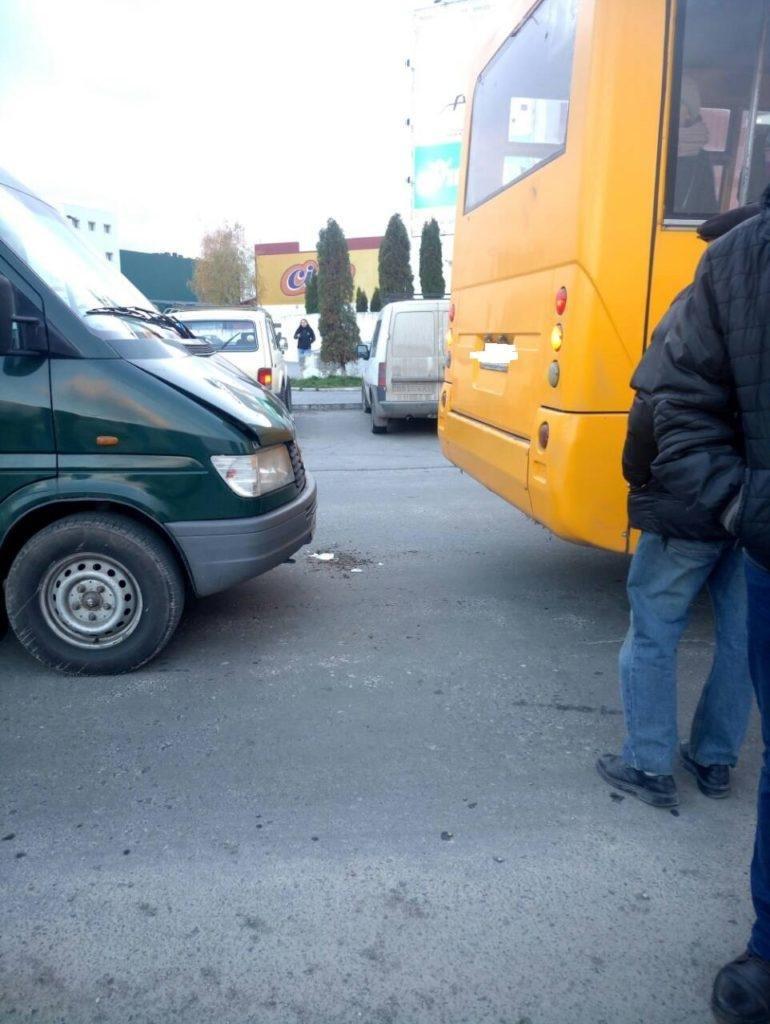 У Тернополі водій маршрутки, включивши не ту передачу, зіткнувся з автомобілем позаду (Фото), фото-2