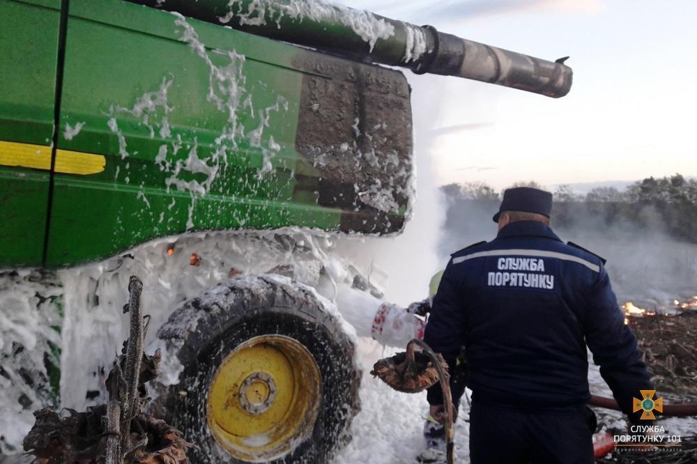На Тернопільщині згорів комбайн (фото) , фото-2