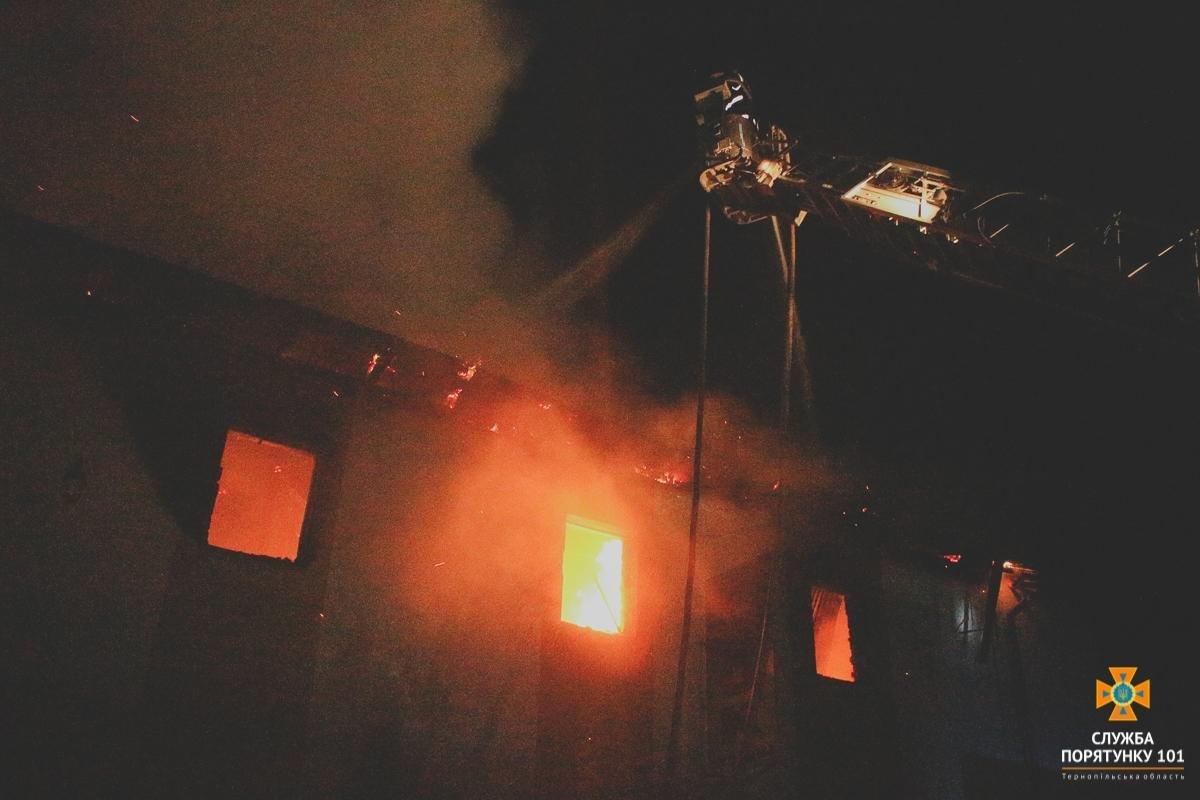 У Тернополі на Гайовій горіли складські приміщення: залучили 7 одиниць техніки (ФОТО), фото-1