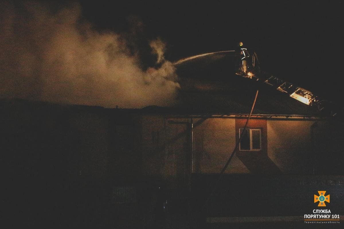 У Тернополі на Гайовій горіли складські приміщення: залучили 7 одиниць техніки (ФОТО), фото-2