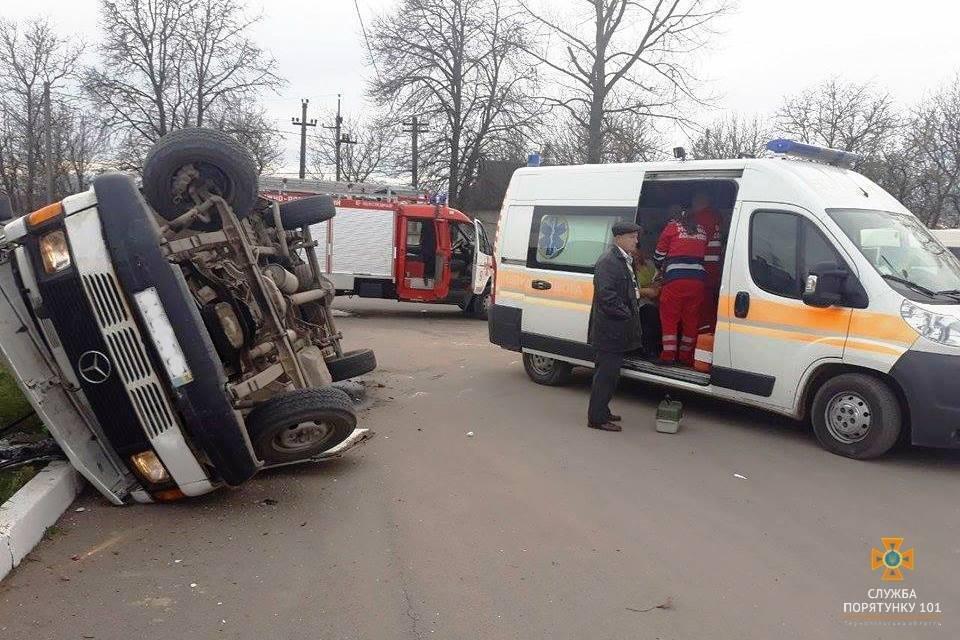 На Тернопільщині внаслідок ДТП перекинувся мікроавтобус: є потерпілі (ФОТО), фото-1