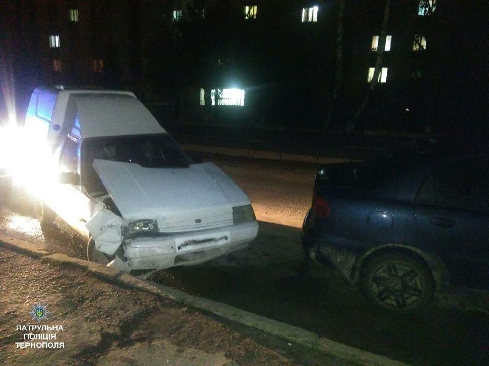 У Тернополі водій в'їхав у припаркований автомобіль і пішов у невідомому напрямку (ФОТО), фото-1