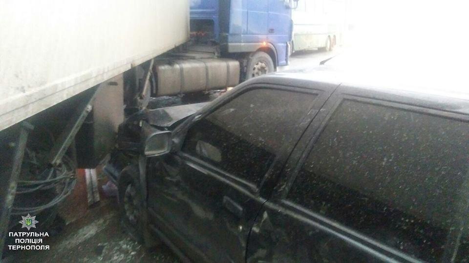 У Тернополі на Протасевича автівка влетіла під фуру (ФОТО), фото-1