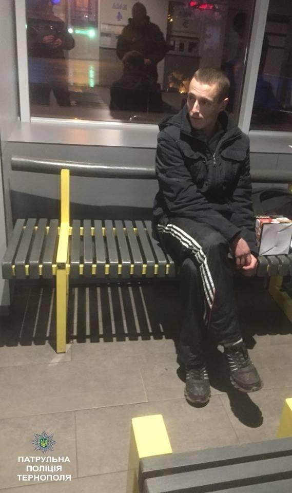 На тернопільському автовокзалі затримали чоловіка з невідомою речовиною (ФОТО), фото-1