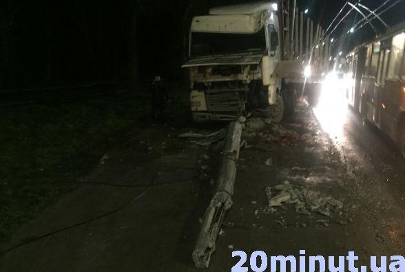 У Тернополі вантажівка в'їхала в електроопору (ФОТО), фото-1