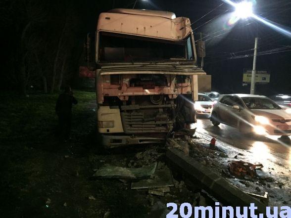 У Тернополі вантажівка в'їхала в електроопору (ФОТО), фото-2