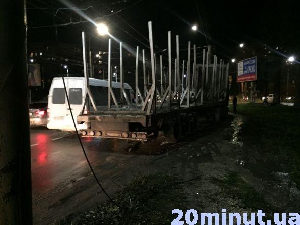 У Тернополі вантажівка в'їхала в електроопору (ФОТО), фото-3