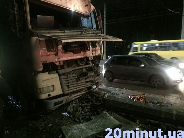У Тернополі вантажівка в'їхала в електроопору (ФОТО), фото-4