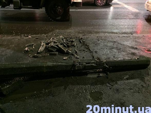 У Тернополі вантажівка в'їхала в електроопору (ФОТО), фото-5