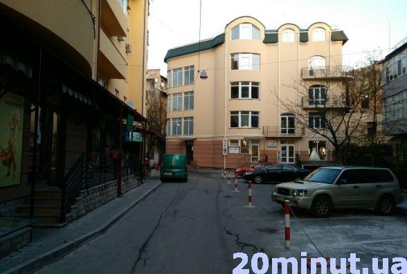 В центрі Тернополя затори, бо частину дороги забрали під парковку, скаржаться водії (фото), фото-2