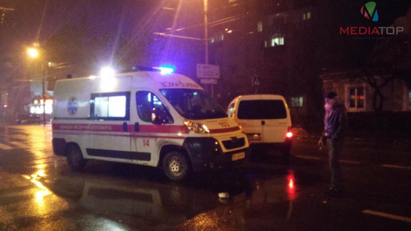 У нічній ДТП в Тернополі не розминулися дві автівки: пасажир таксі розбив головою лобове скло (фото, відео), фото-4