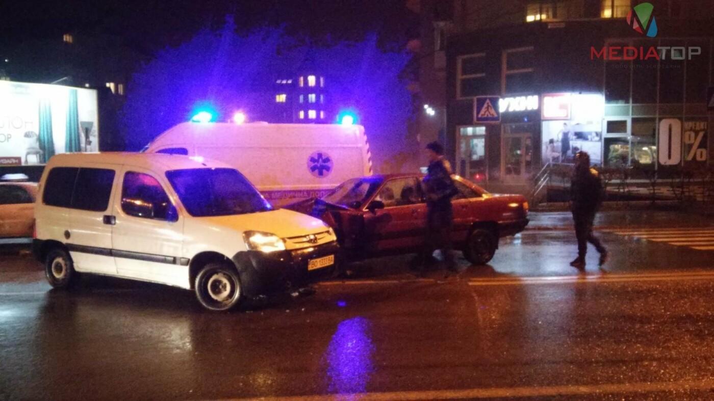 У нічній ДТП в Тернополі не розминулися дві автівки: пасажир таксі розбив головою лобове скло (фото, відео), фото-5