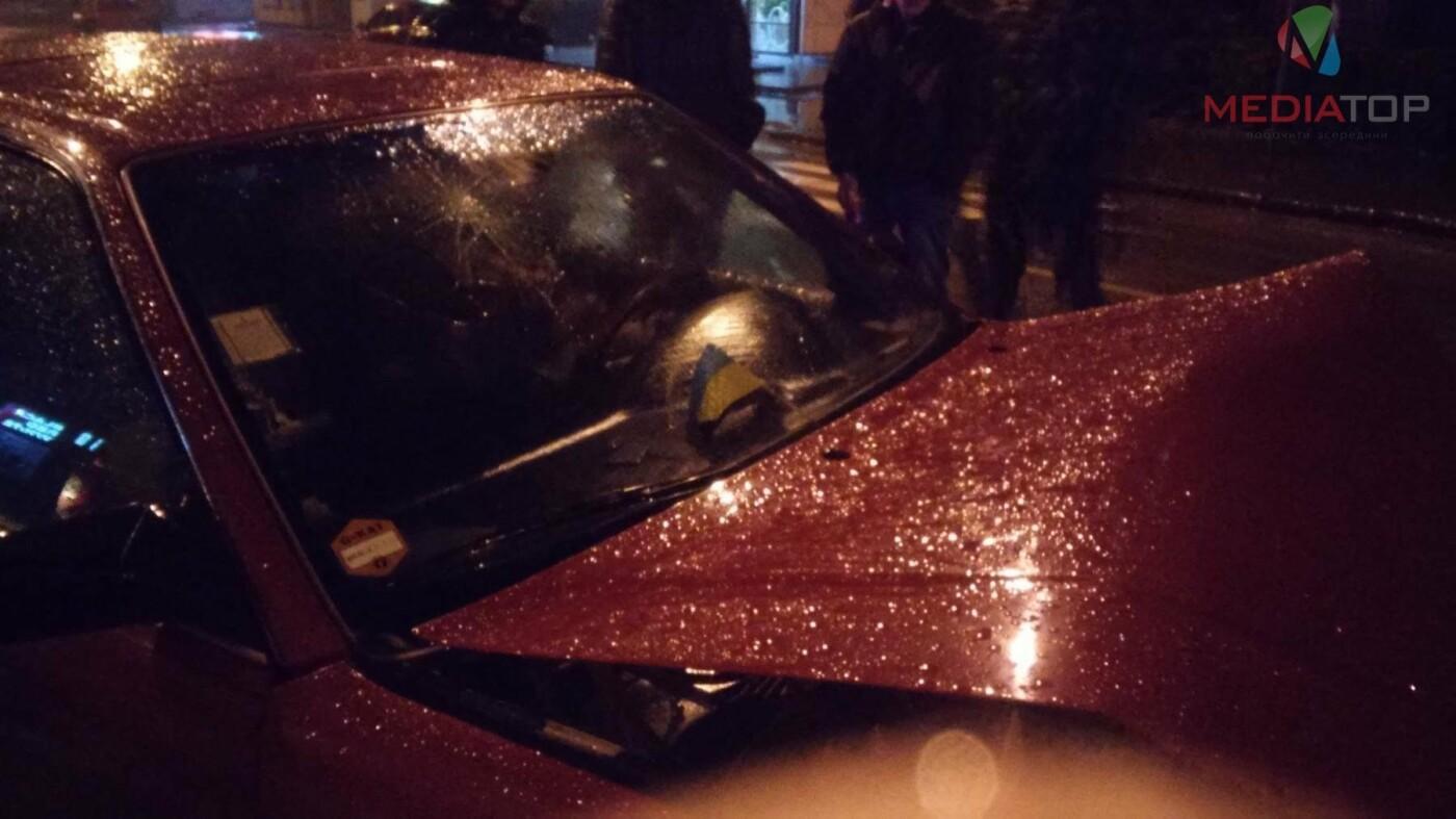 У нічній ДТП в Тернополі не розминулися дві автівки: пасажир таксі розбив головою лобове скло (фото, відео), фото-2