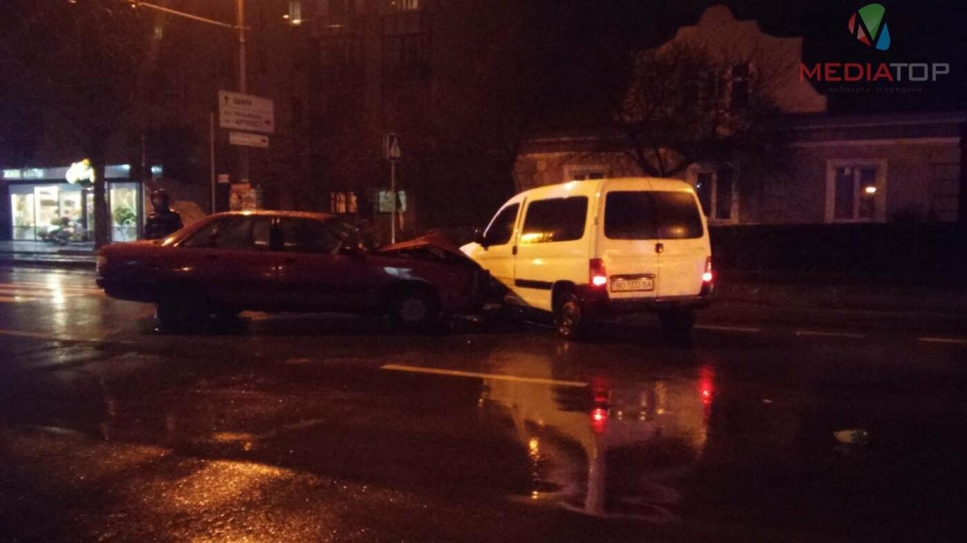 У нічній ДТП в Тернополі не розминулися дві автівки: пасажир таксі розбив головою лобове скло (фото, відео), фото-3