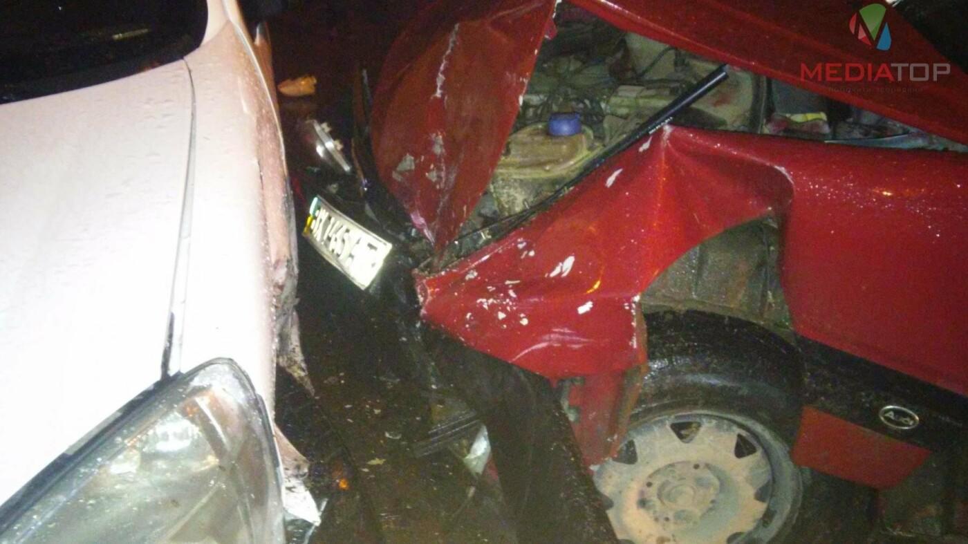 У нічній ДТП в Тернополі не розминулися дві автівки: пасажир таксі розбив головою лобове скло (фото, відео), фото-6