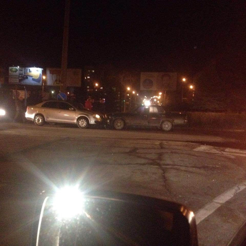 На кільці на Злуки лоб у лоб зіткнулися два авто (фото), фото-3
