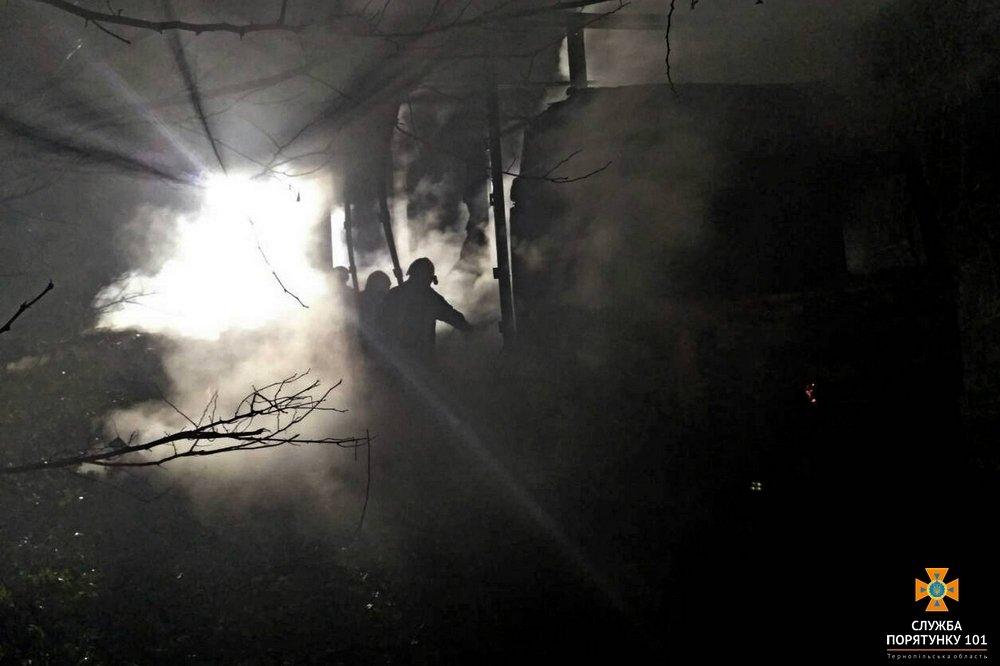 На Тернопільщині посеред дороги горіла вантажівка (фото), фото-1