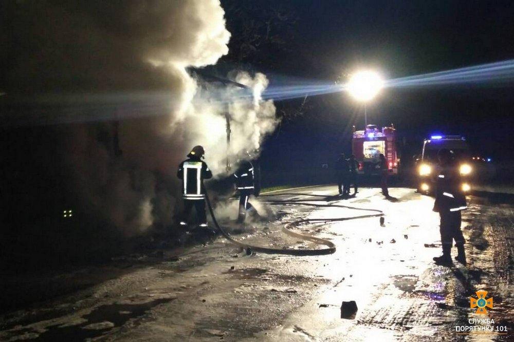 На Тернопільщині посеред дороги горіла вантажівка (фото), фото-2