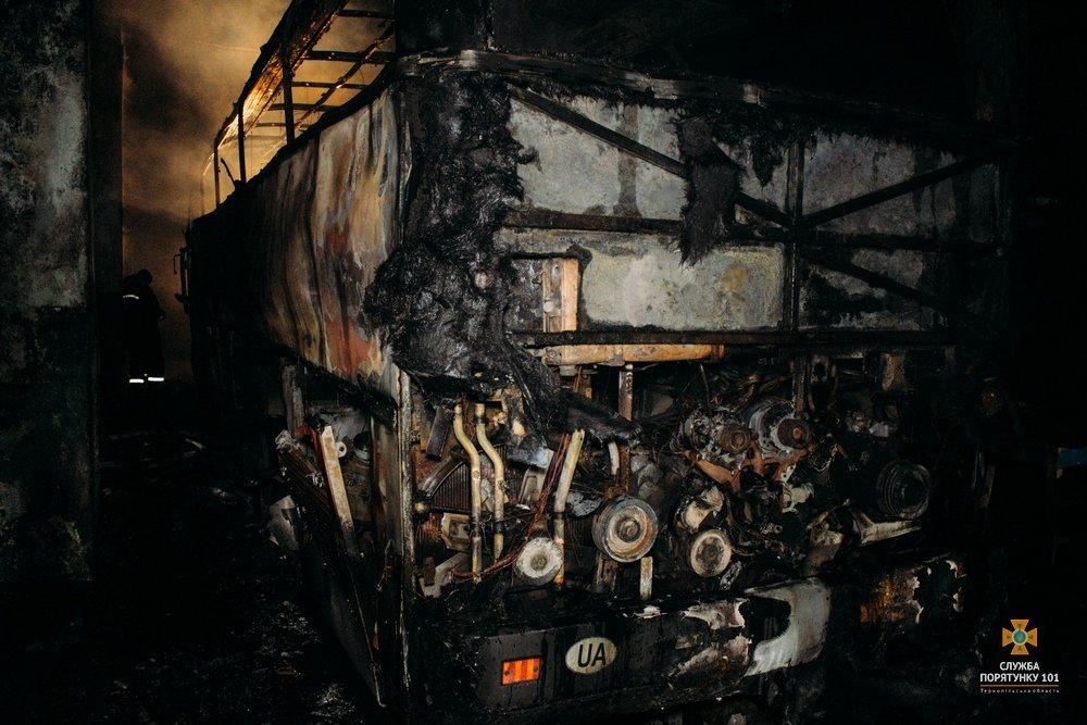 На Тернопільщині загорілися автобуси, один знищено вщент (Фото), фото-7