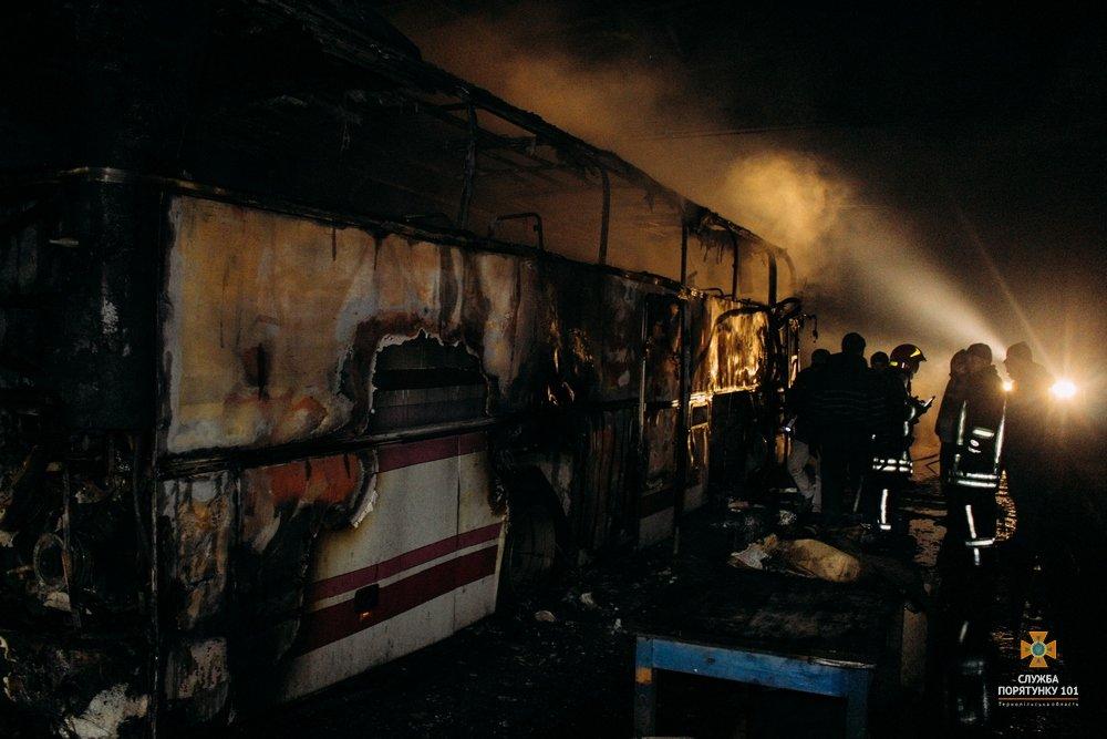 На Тернопільщині загорілися автобуси, один знищено вщент (Фото), фото-5