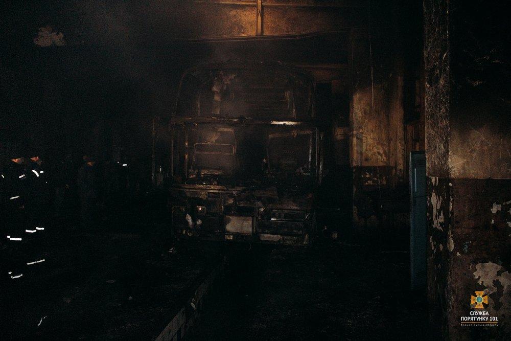 На Тернопільщині загорілися автобуси, один знищено вщент (Фото), фото-4