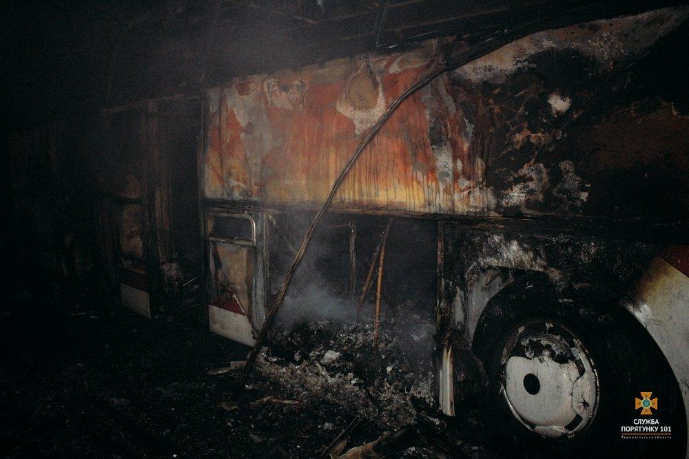 На Тернопільщині загорілися автобуси, один знищено вщент (Фото), фото-1
