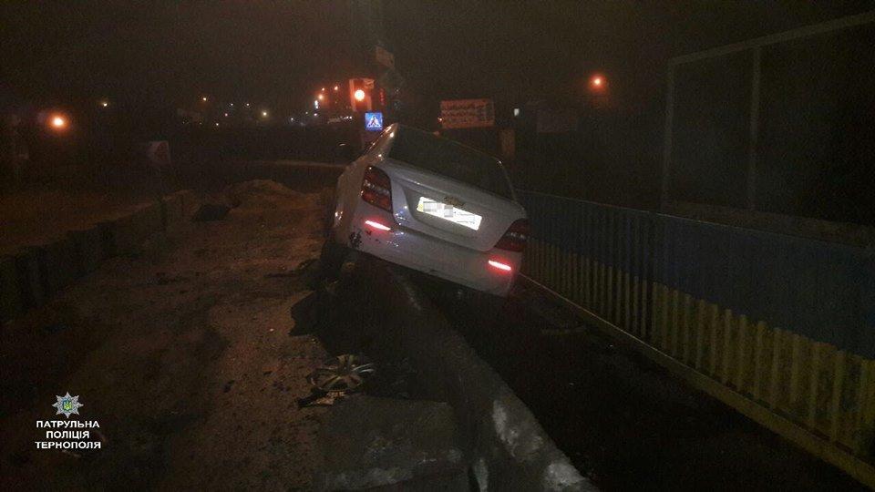 Стало відомо причину ДТП на Гаївському мості у Тернополі, де водій в'їхав у бетонну огорожу (ФОТО), фото-3