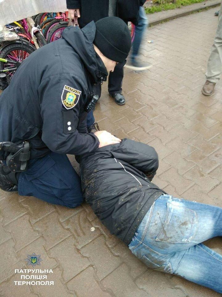 У Тернополі врятували чоловіка, який втратив свідомість посеред вулиці через напад епілепсії (Фото), фото-1
