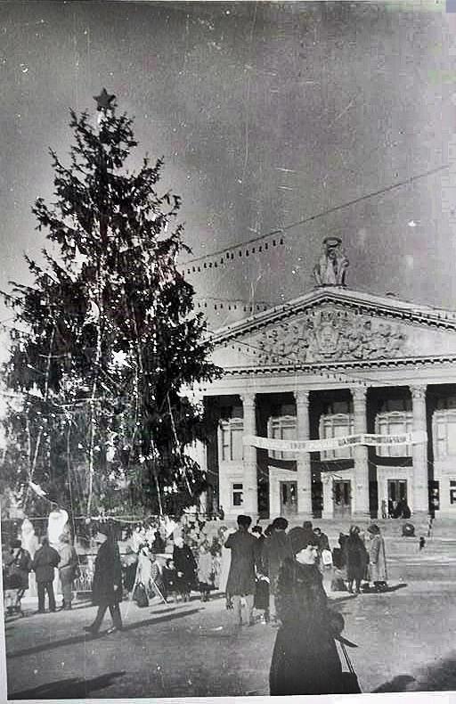 """Без """"хлівів"""", всюдисущого алкоголю та з живою ялинкою: як колись у Тернополі виглядав новорічний центральний майдан (Фото) , фото-13"""