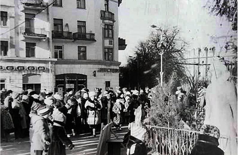 """Без """"хлівів"""", всюдисущого алкоголю та з живою ялинкою: як колись у Тернополі виглядав новорічний центральний майдан (Фото) , фото-10"""
