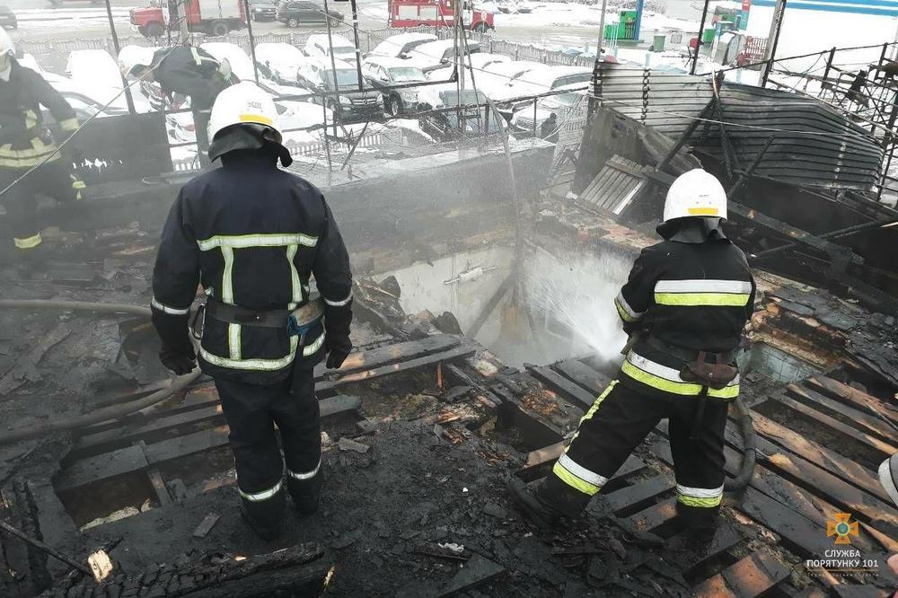 """У Тернополі на Микулинецькій пожежа на СТО: згоріла """"BMW"""" (ФОТО), фото-3"""