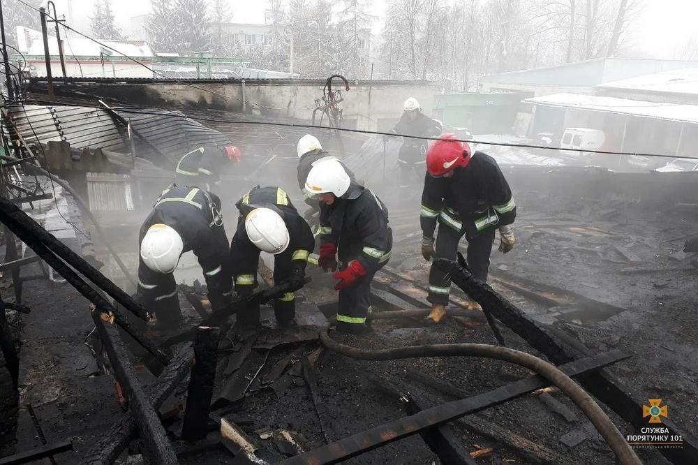 """У Тернополі на Микулинецькій пожежа на СТО: згоріла """"BMW"""" (ФОТО), фото-1"""