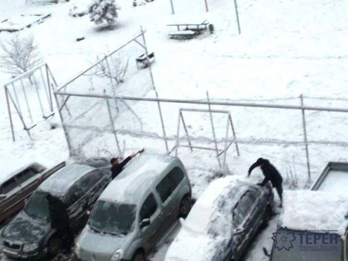 На Тернопільщині водії вранці відкопували свої авто з-під снігу (фото), фото-1