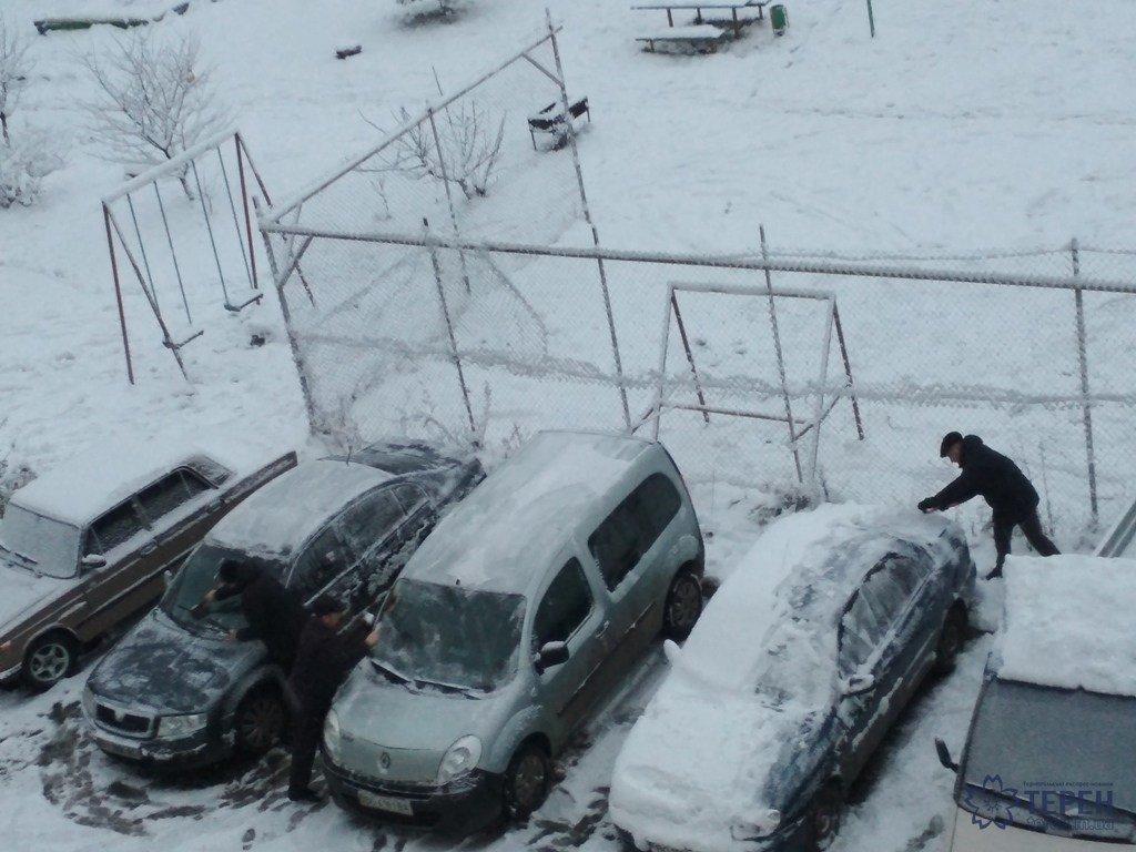 На Тернопільщині водії вранці відкопували свої авто з-під снігу (фото), фото-2