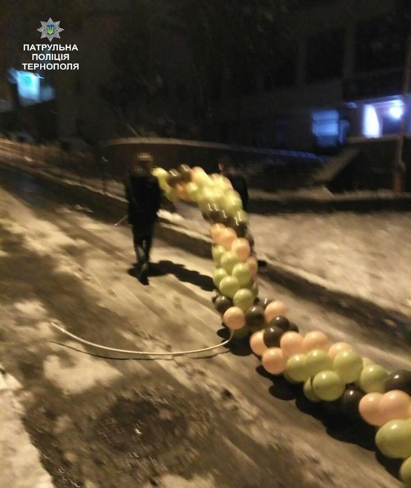 У Тернополі патрульні оштрафували нетверезого громадянина з повітряними кульками, фото-1