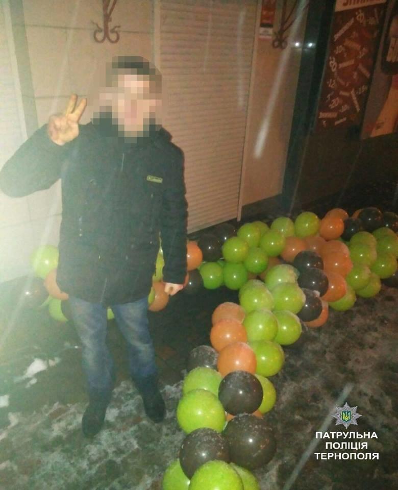 У Тернополі патрульні оштрафували нетверезого громадянина з повітряними кульками, фото-2