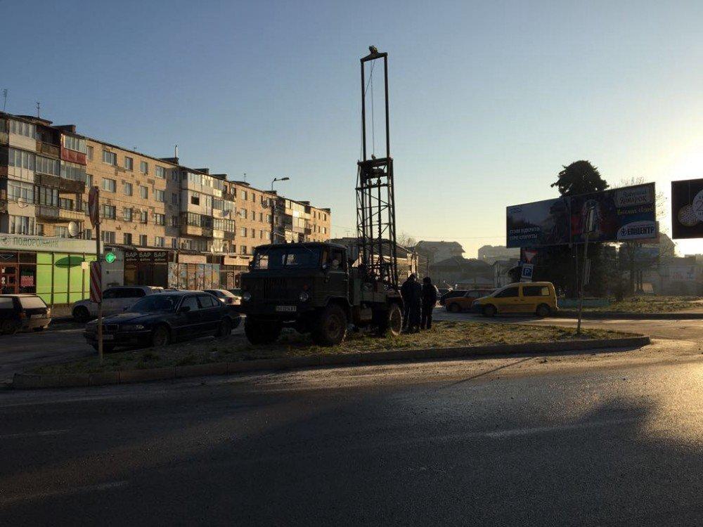 Тернополяни зафіксували роботу незвичного транспорту на Майдані Перемоги (фото), фото-1