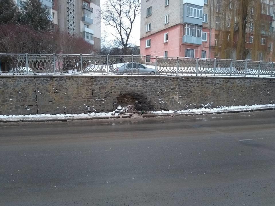 Нещодавно відремонтована підпірна стіна на Миру розсипалася вже в іншому місці (фото), фото-1