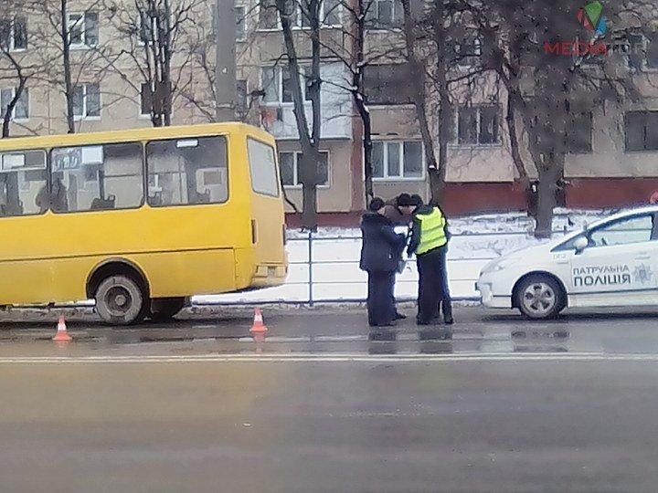 У Тернополі маршрутка в'їхала в автівку (фото), фото-1