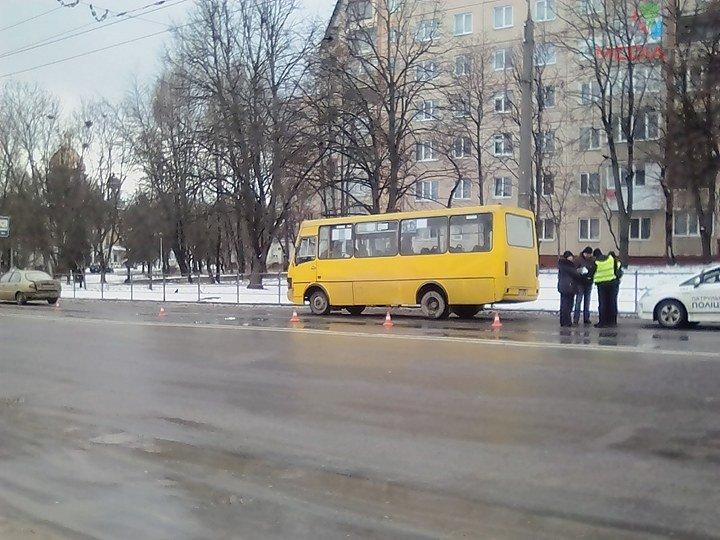 У Тернополі маршрутка в'їхала в автівку (фото), фото-2