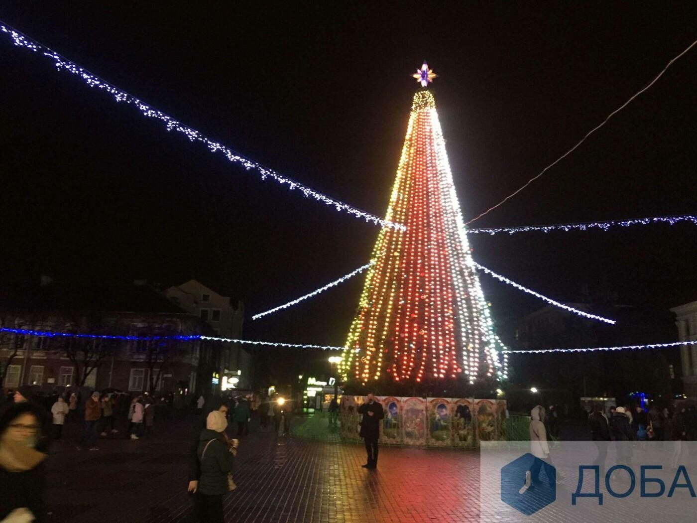 Головна ялинка Тернополя має незвичну 3D-ілюмінацію (фото, відео), фото-4