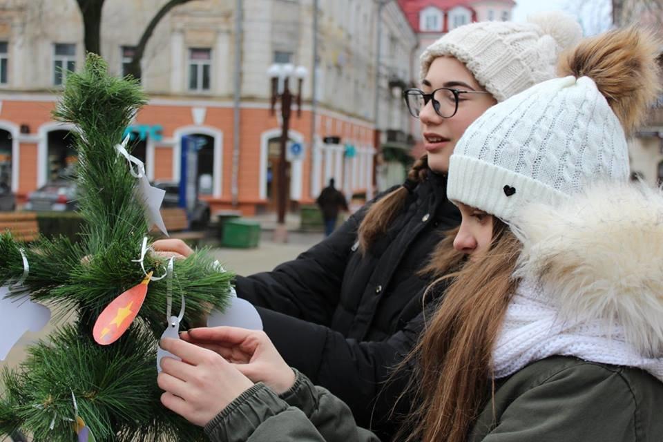 """Тернополяни у центрі міста прикрашали """"Ялинку свідомості"""" (фото), фото-1"""