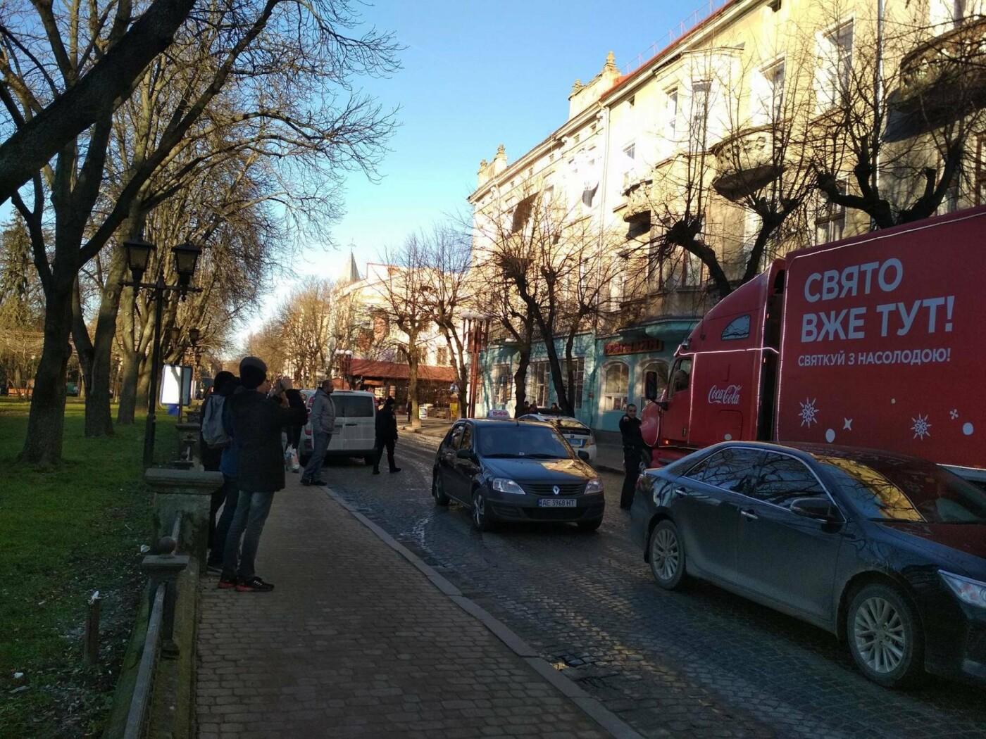 """Святкова вантажівка """"Coca-Cola"""" у центрі Тернополя викликала фурор (фото), фото-4"""