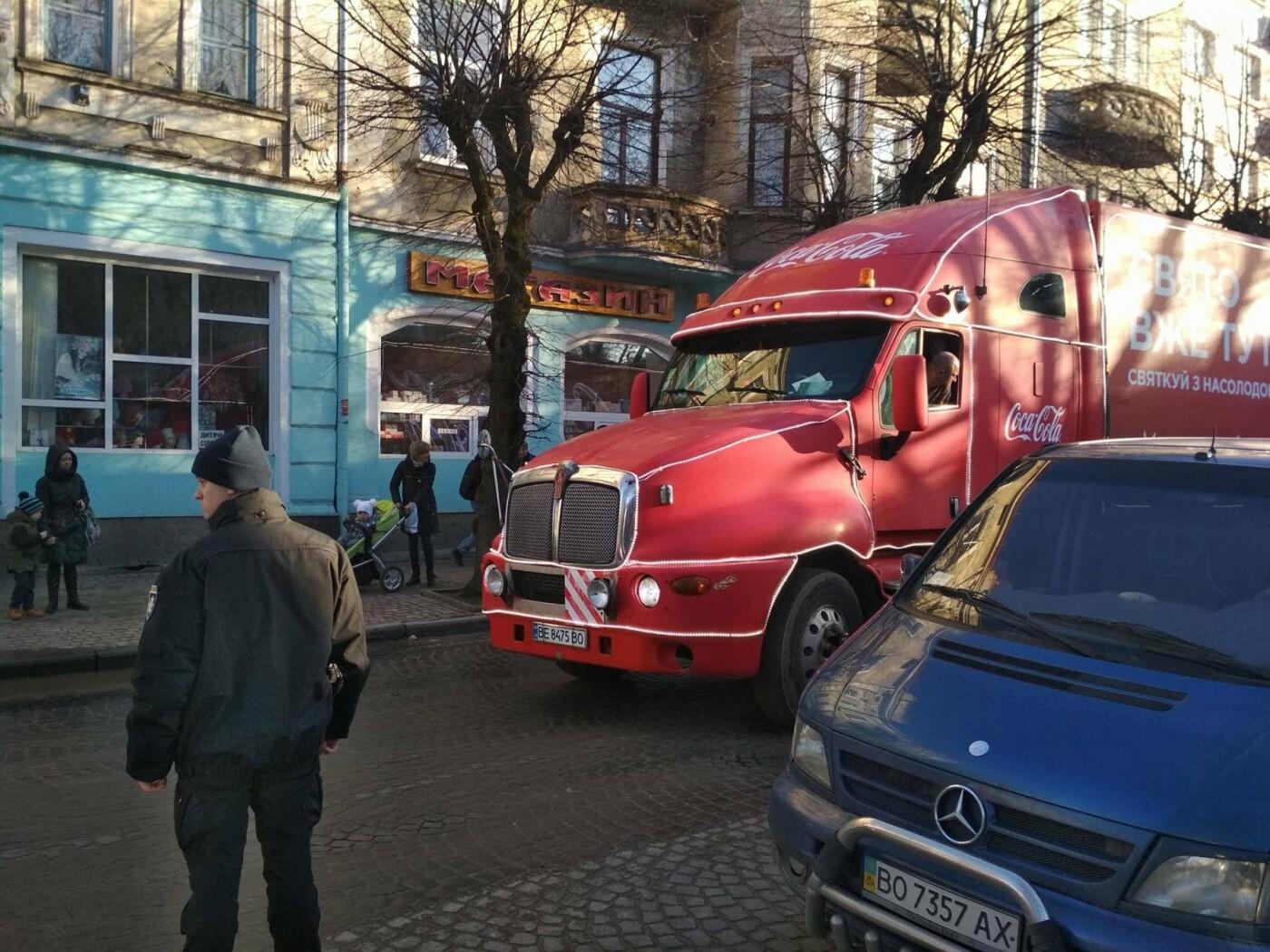 """Святкова вантажівка """"Coca-Cola"""" у центрі Тернополя викликала фурор (фото), фото-3"""